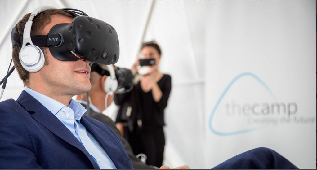 Le 5 juillet 2016, pas encore président de la République mais ministre, Emmanuel Macron vit «l'expérience». Sous le casque, la startup nation est là! Tout s'éclaire...